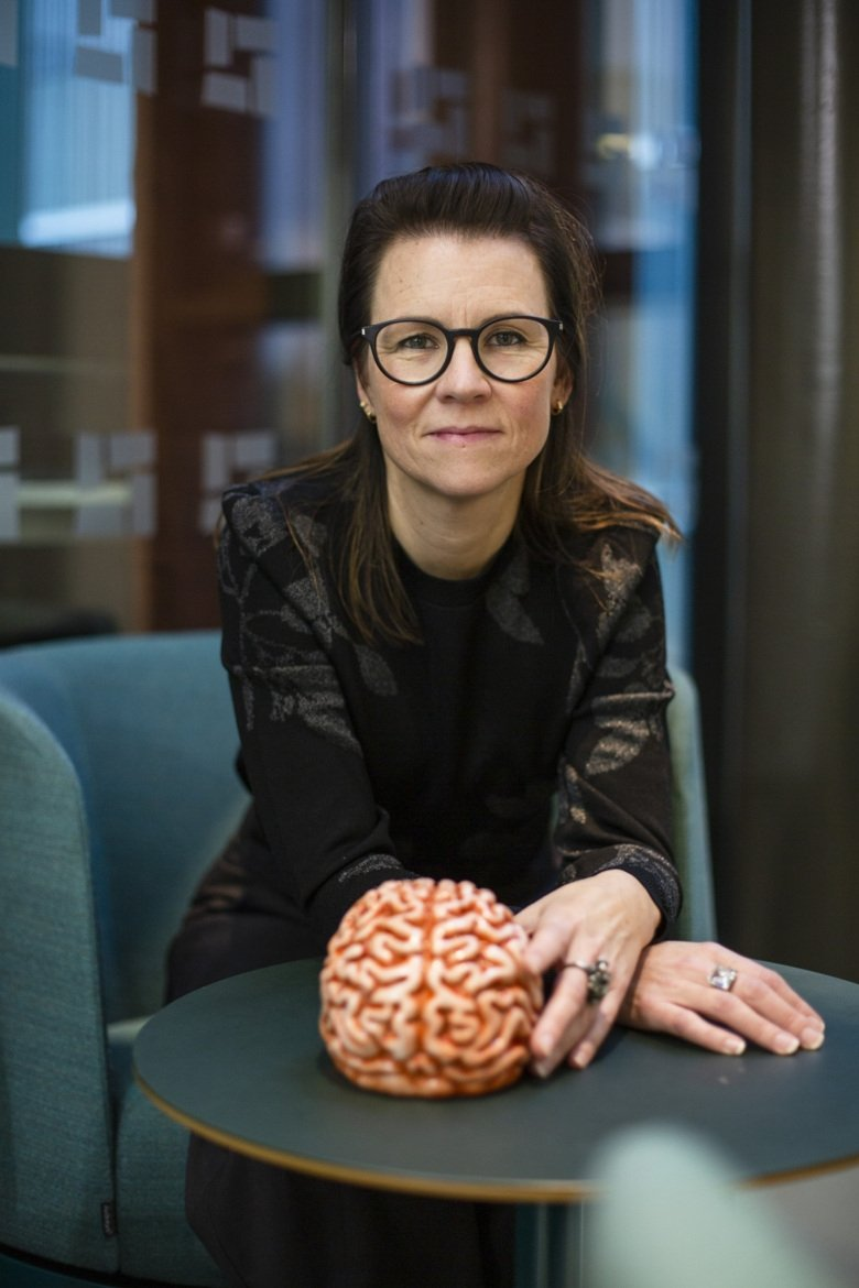 Portrait of Marie Carlén with a plastic brain. Photo: Martin Stenmark.